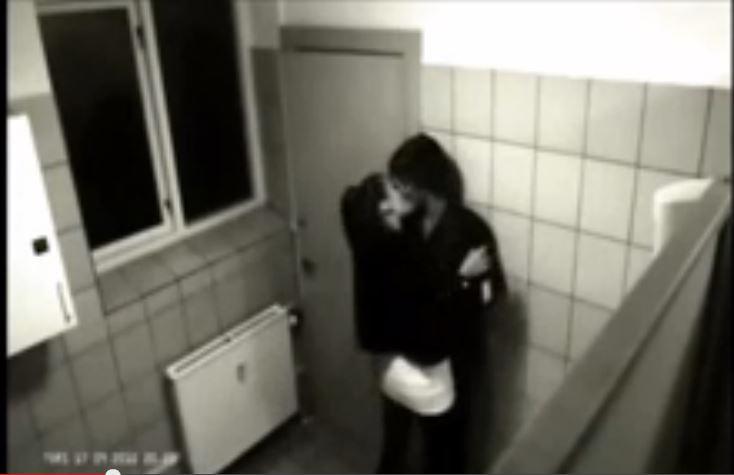 Sesso in bagno lei picchia lui