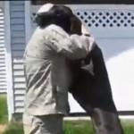 soldati tornano a casa benvuto dei cani