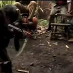 scimmia spara a dei soldati