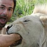 uomo contento di esser divorato dai leoni