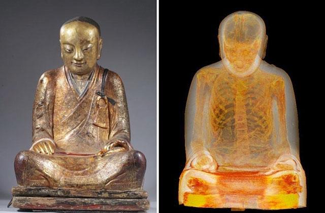 statua-bronzo-corpo-monaco mummificato